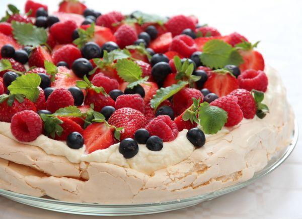 Pavlova med fløtekrem og friske bær