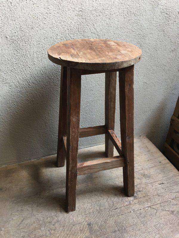 Stoere oude vergrijsd houten ronde barkruk kruk krukje