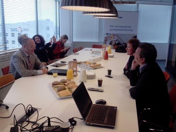 Geanimeerde gesprekken tussen adviseurs. Seminar 'Het vernieuwende gemeentelandschap'. #cocreatie #kennisdeling ^SZ [11-10-2013]