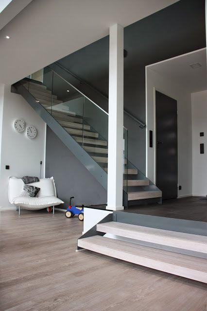 Gradon Lumo-portaat harmaalla rungolla ja tolpattomalla lasikaiteella.