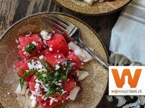 Hak de watermeloen in mooie blokken en de rettich in iets kleinere blokjes. __Snijd de rode ui en groene ui fijn.__Combineer de rode ui, watermeloen en rettich in een kom en meng voorzichtig met het limoensap.__Top af met groene uien en feta en zwarte sesamzaadjes [optioneel].__Geniet van de salade als een voorgerecht, bijgerecht of snack.__Kijk hi
