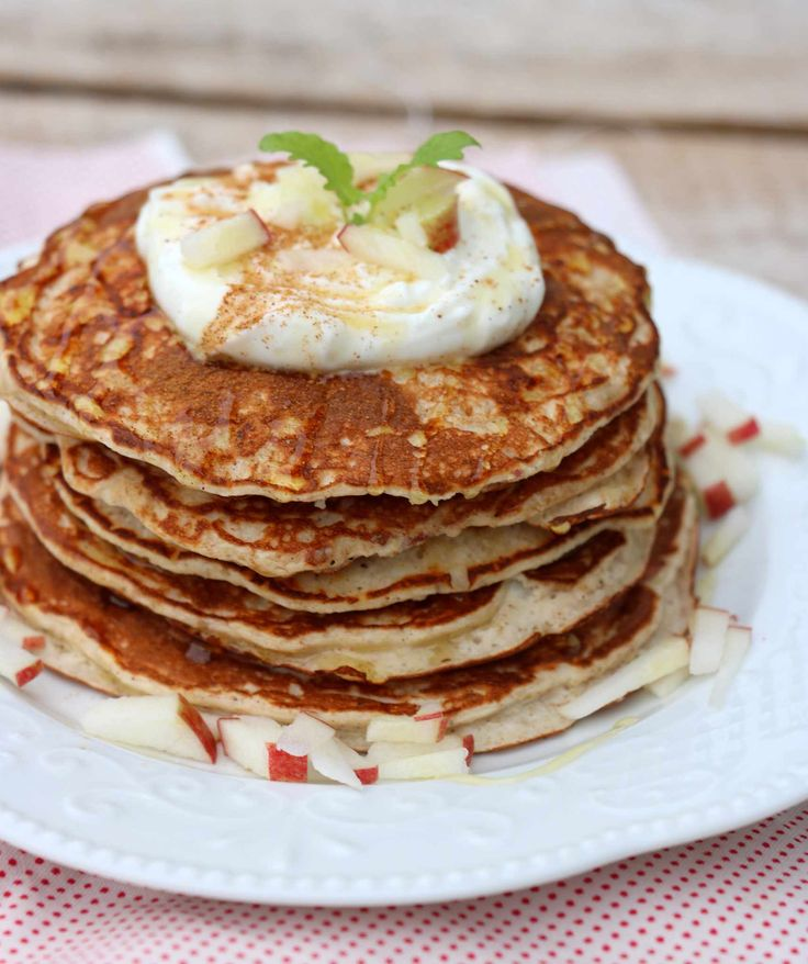 Innlegget inneholder annonselenkerHei godtfolk! Eplepannekaker til lunsj idag kanskje? Desse passer like godt til frukost som kveldsmat også. Søte, saftige og fyldige pannekaker med eple og kanel, toppa med gresk yoghurt og honning. Fantastisk god kombinasjon! Heilt uten tilsatt sukker og gluten, men bruk den meltypen du liker og foretrekker. Sunne eplepannekaker, 1 porsjon 1 …