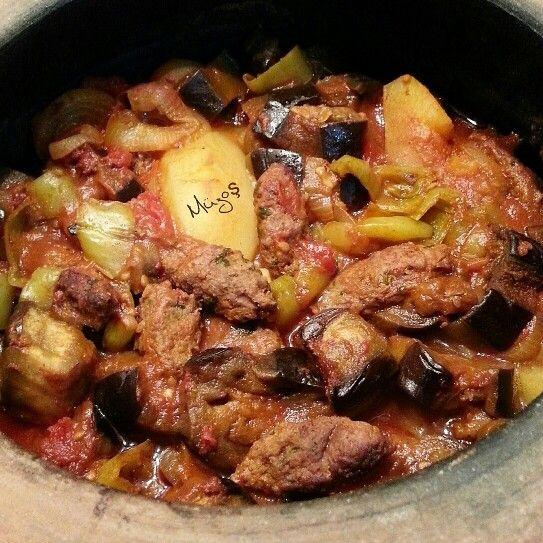 Güveçte sebzeleri çiğden kat kat yerleştirerek, arasına ve üstüne parmak şeklinde hazırladığım köfteleri de koyup 1 saat fırında,30 dk.da ocakta pişirdim.Malzemeler: 3 patlıcan,3 patates, 4 domates, 10 sivri biber, 2 soğan, 6 diş sarımsak, 300 gr.kıyma, 1 y.k.salça, 2y.k.sıvıyağ ve tuz.MUSAKKA