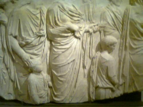 Fragment de plaque du décor en marbre l'Ara Pacis. (Marbre). #expoauguste #grandpalais
