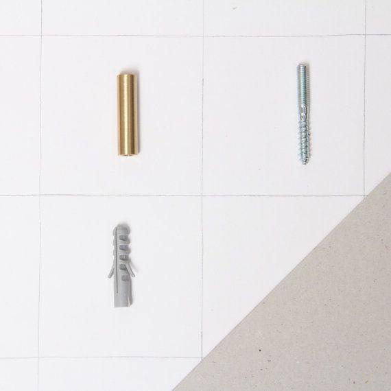 Elk stuk is gemaakt met de hand de Helvetiërs. De eenvoudige haak van messing is geschikt voor het ophangen van keuken of handdoeken alsook wat betreft kleding en badhanddoeken.  Geleverd met 1 hanger bout met deuvel- en montage-instructies.  Lengte: 4 cm Diameter: 1 cm Materiaal: messing  GB installatie-instructies: Boor een gat in de muur met een boor (boor maat 8 mm) anker stak in het gat en draai de schroef vast met een Torx schroevendraaier (grootte TX 10), totdat alleen de draad om te…