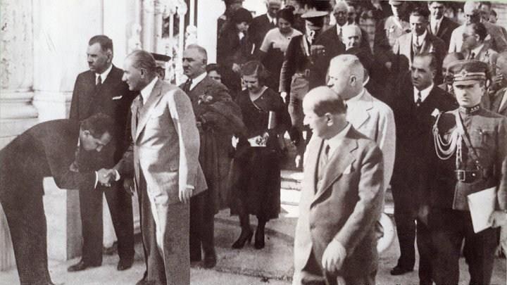 Atatürk Florya köşküne gitmek üzere Dolmabahçe sarayından çıkarken  -1936