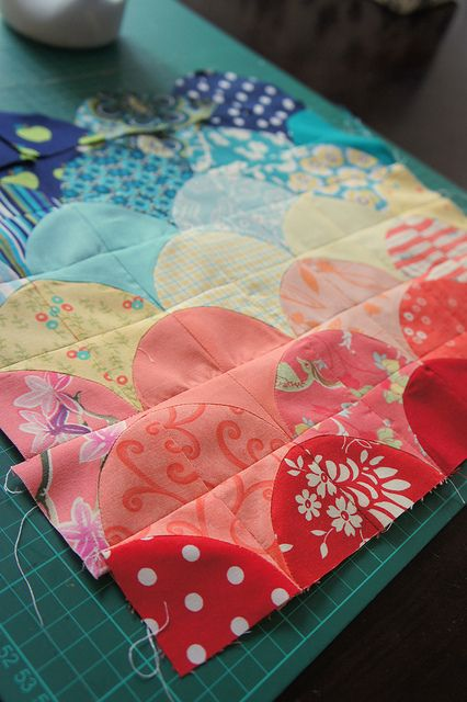 An interesting way to make a clamshell quilt using quarter circle blocks or drunkard path blocks.