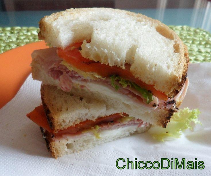 panino con prosciutto cotto stracchino e peperoni grigliati http://blog.giallozafferano.it/ilchiccodimais/panino-con-prosciutto-cotto-stracchino-e-peperoni/