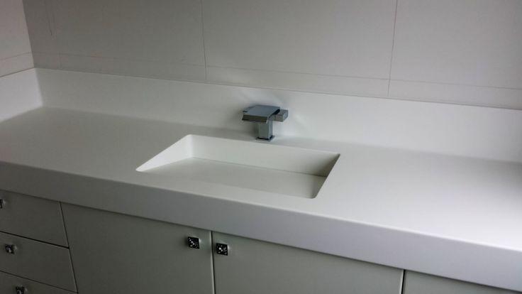 Tampo de banheiro em Corian Glacier White, com frantão higiênico, cuba com válvula oculta.