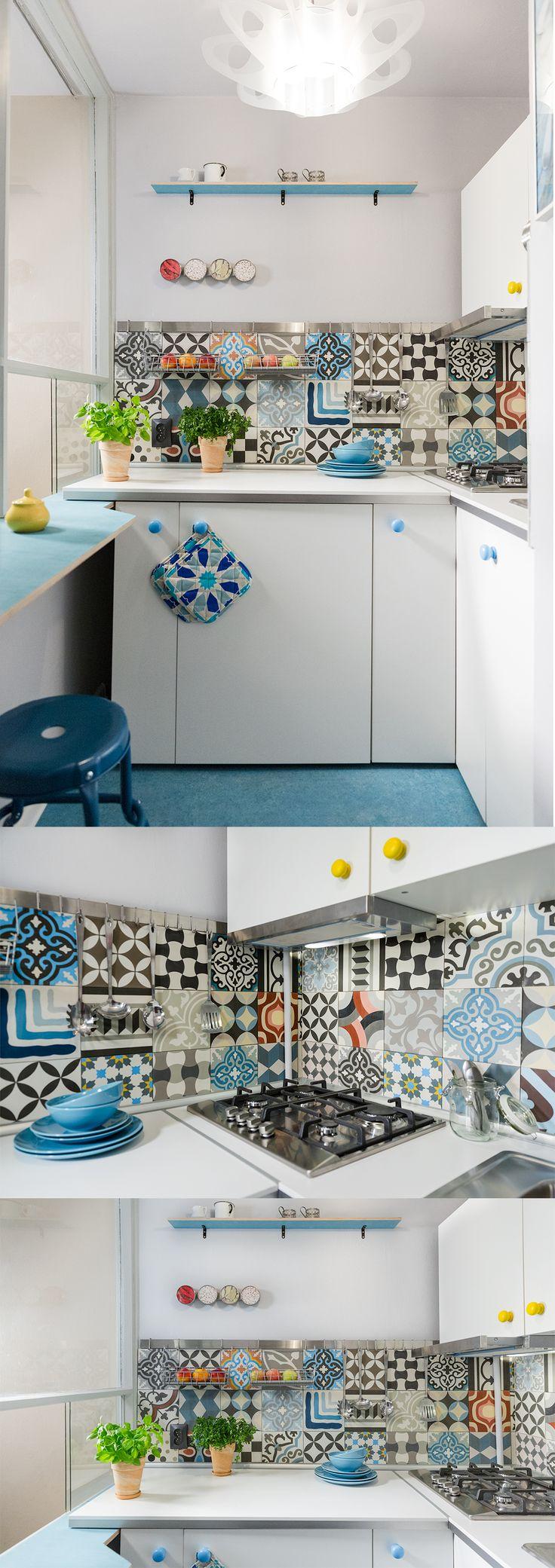 Mikrokuchnia z witryną na salonik w komunistycznym M3, czyli ok. 30 m2... Jak wnieść nieco fantazji, funkcjonalności i lekkości?... Można np. tak :)