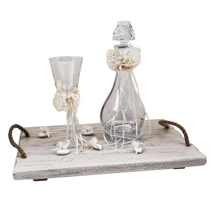 Το σετ αποτελείται : από ένα δίσκο ξύλινο cottage (44x30) με χέρια σχοινιά, μία καράφα κρασιού κρυστάλλινη Βοημίας με δαντέλα και πέρλα και ένα ποτήρι κρασιού κρυστάλλινο με τον ίδιο στολισμό.