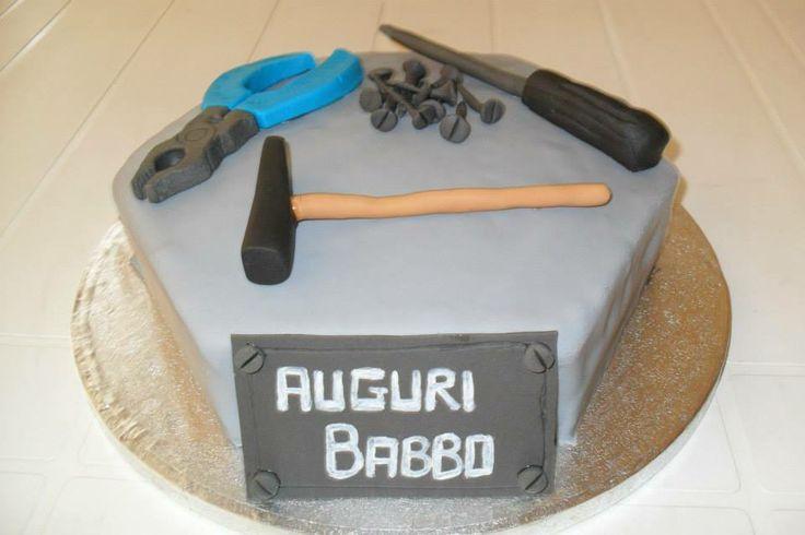 #Cakedesign e pasta di zucchero: Al lavoro! #Torta in #pdz con #attrezzi: #martello, #chiodi, #cacciavite e #pinze!