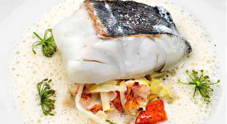 Recept på Ugnsbakad sejrygg med hummer, squash och fänkål i krondillssmörsås. Ugnsbakad sejrygg är god fisk till fest. Sejryggfilén kan bytas ut mot MSC-märkt torsk.