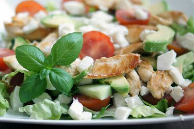 Gewoon wat een studentje 's avonds eet: Salade met mozzarella, tomaat, avocado, kip en bas...