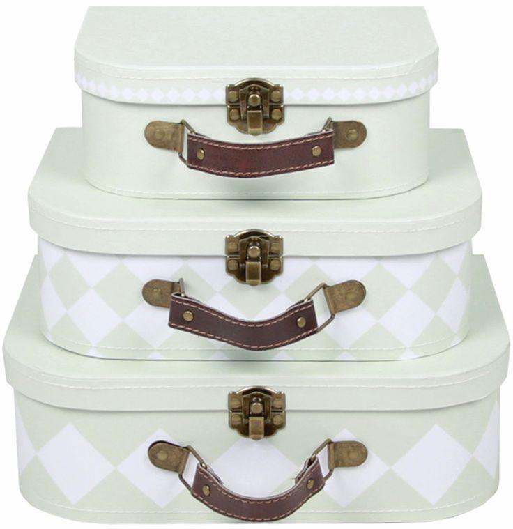 Små barn elsker å pakke, så la dem få lov! Tre vakre kofferter til leker, klær, eller en ordentlig reise. Pris: 139 kroner