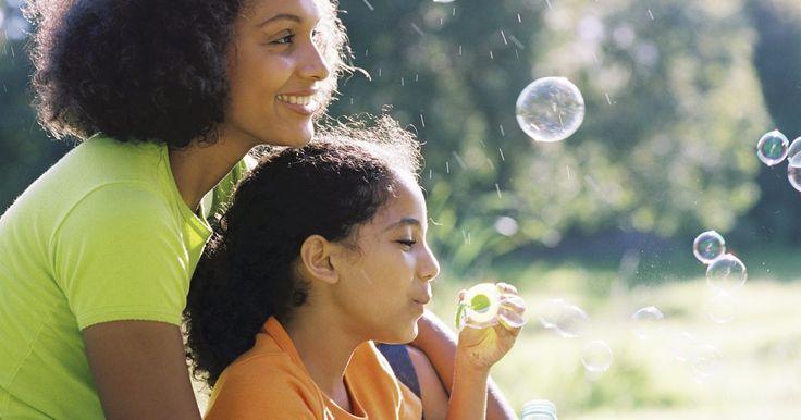 Cómo hacer burbujas caseras con glicerina. Los niños y los adultos pueden pasar horas jugando con burbujas. Puedes experimentar con todos los tamaños y formas de varitas para éstas. Con una solución para burbujas hecha en casa, no tendrás que preocuparte acerca de quedarte sin material para emplear. Hacer tu propia solución de este tipo puede ayudarte a ahorrar dinero, también. Encontrarás ...