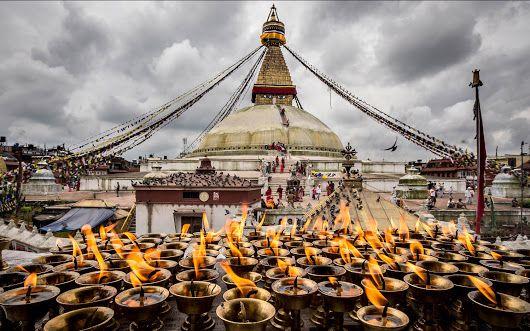 Boudhanath, lo stupa di Kathmandu | In #Nepal, tra templi e tigri http://www.viaggidellelefante.it/tours/247_nepal-templi-tigri Il Nepal, con una superficie di circa kmq 147.000  (metà dell'Italia) è disteso ai piedi delle spettacolari vette dell'Himalaya. E' una terra di paesaggi straordinari e antichi templi, percorsa dai sentieri più belli del mondo. È un paese povero, ma ricco di bellezze naturali, di storia e di cultura. Questo itinerario visita Kathmandu e i maggiori luoghi...