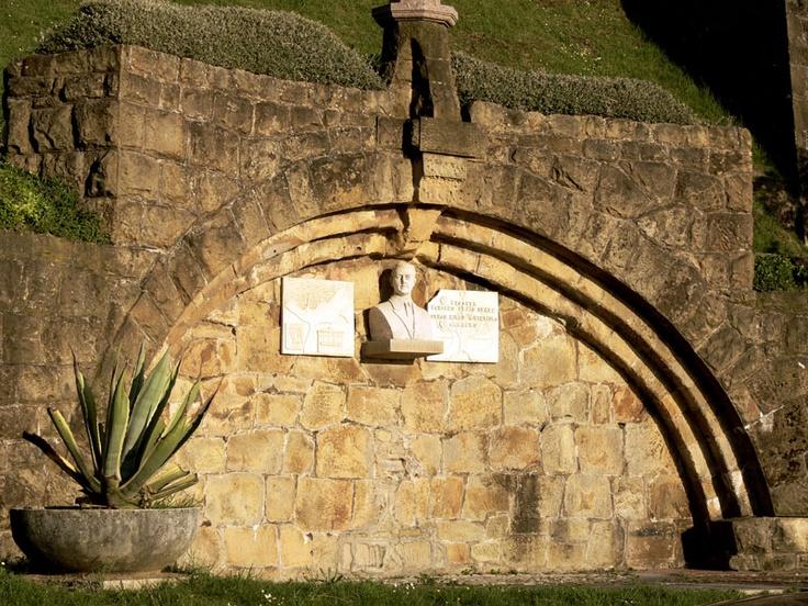 MONUMENTO A VICENTE DE AMEZAGA. Se encuentra en la plaza que lleva su nombre, frente a la playa de Ereaga.  Es obra de José Luis Butrón.  Un arco envuelve el busto de mármol blanco, sobre una peana de arenisca, y dos lápidas también de mármol, con inscripciones. Fue en el año 1989 cuando el Ayuntamiento de Getxo aprobó su construcción.