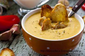 Сливочный суп-пюре с чечевицей, курицей и гренками
