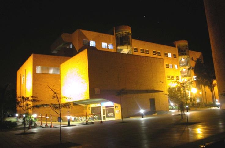 Universidad Eafit en horas de la noche. La Universidad Eafit paga entre 156 y 158 millones de pesos mensuales por energia.