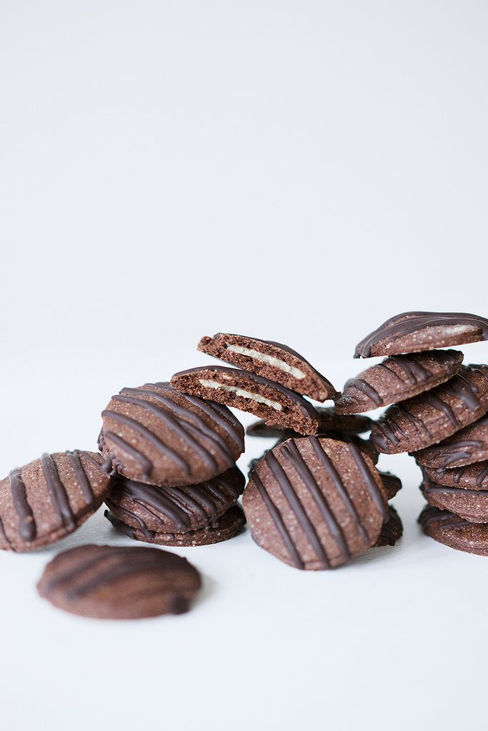Gefüllte Schokoplätzchen mit Marzipan und Zartbitterschokolade // Filled Chocolate Cookies with Marzipan and Dark Chocolate // Berliner Küche