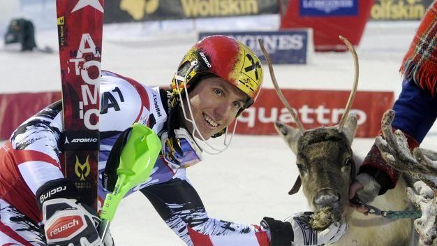 Itävallan Marcel Hirscher sai poron palkinnoksi voitettuaan maailmancupin kisan Levillä 2013.