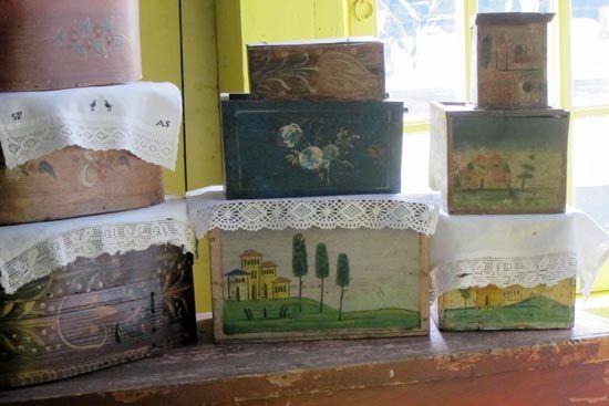 Behalve beschilderde spanen dozen zie je hier ook baven- ofwel babbekistjes. In dergelijke kistjes werden op Marken de 'baven' bewaard. Dit zijn rechthoekige borstlappen. De kistjes zijn vaak maar klein en de baven werden dan ook opgevouwen.