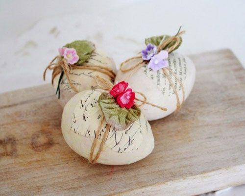 Anche per Pasqua 2015 ci accingeremo ad apparecchiare la nostra tavola con accessori dai colori primaverili e da decorazioni che richiamano la festa: uova decorate, coniglietti, fiori e cestini. No…