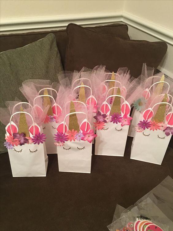 7d5765c8a Crea lindos dulceros transformando mágicamente simples bolsas de papel en  un encantador unicornio con un brillante cuerno y una corona de flores.