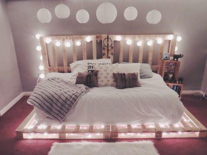 un meuble en palette, lit avec des lumières intégrées, ambiance très romantique