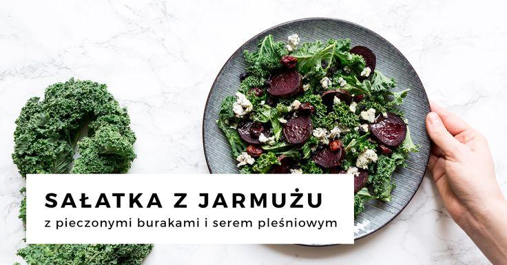 Zdrowa sałatka z jarmużem, burakiem i serem pleśniowym. Idealne połączenie kontrastujących ze sobą składników z dodatkiem suszonej żurawiny i jagód.