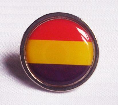 Pin Redondo Bandera Republicana  Pin Redondo Bandera Republicana sin escudo. Pin metálico,  sin escudo de la bandera de la República Española. Buen acabado. Medida 2 cm. de diámetro.