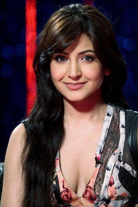 Anushka Sharma hot deep cleavage show pictures, Anushka Sharma hot pics images stills