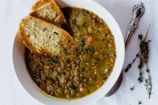Το ξύδι μου αρέσει στις σαλάτες. Το λεμόνι στις σούπες. Στις φακές είχα συνηθίσει να ρίχνω ξύδι, μέχρι που το αντικατέστησα με λεμόνι. Από τότε έγινε το γκουρμέ πιάτο της εβδομάδας. Ο τρόπος μαγειρέματος δεν διαφέρει από αυτόν που έχουμε συνηθίσει. Ελάχιστες μόνο λεπτομέρειες απογειώνουν αυτό το απλό και τόσο υγιεινό φαγητό.