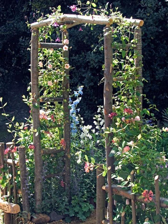 gartengestaltung kleine gärten, konstruktion aus holz dekoriert mit rosa blumen