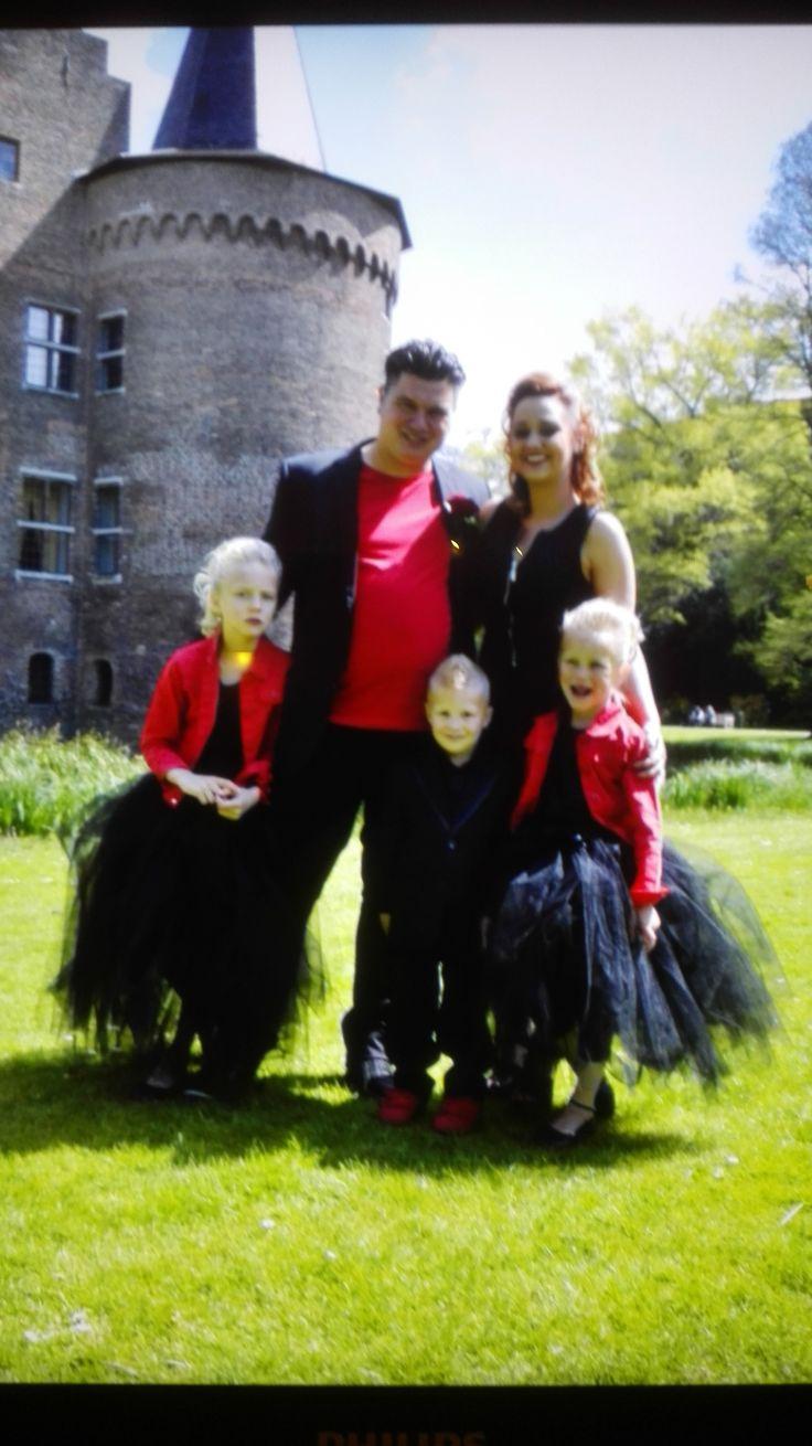Trouwen in zwart met rood. Dat is tenminste iets anders dan anders. Erg leuk! De bruidsmeisjes dragen model Donna ( zie bruidskindermode.nl) maar dan gemaakt in het zwart. Gecombineerd met het rode jasje, maakt het helemaal af. Bruiloft, huwelijk, kleur thema, bruidsmeisjesjurk, bruidskinderen, bruidskinderkleding, kinderbruidskleding, kinderbruidsmode