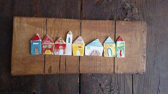 Un paesino incantato di Casette di ceramica fatte a mano, su base di legno. Pronto da appendere al muro.  SPEDITO CON CORRIERE