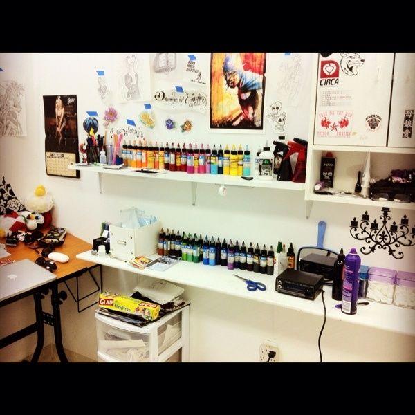 As 25 melhores ideias de tattoo shop decor no pinterest tattoo studio barbeiros e barbearia - Tattoo studio decor ...