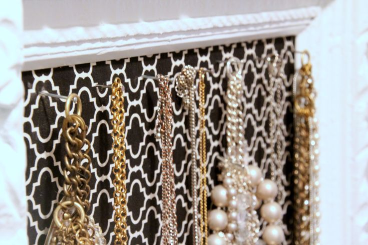 DIY Vintage Frame Jewelry Organizer    http://346living.com/category/bedroom/