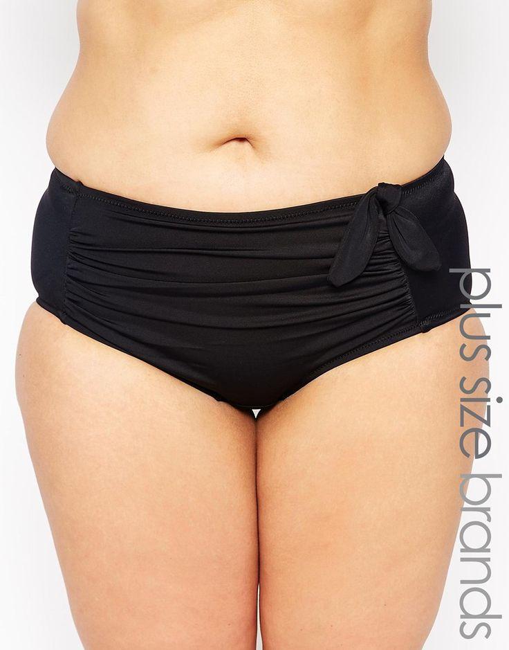 Bas de bikini grande taille par Marie Meili Article fabriqué en tissu de bain stretch Taille basse Empiècement froncé sur le devant Lien assorti Arrière couvrant flatteur Lavage en machine 80% polyamide, 20% élasthanne