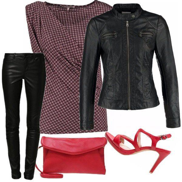 Blusa smanicata in stile morbido in fantasia nei rossi e blu, pantaloni in similpelle nero, sandali o borsa a pochette in rosso che evidenziano le tonalità della blusa. Giacca nera in similpelle per chiudere l'outfit.
