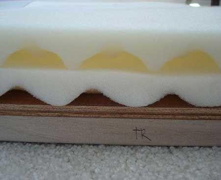 С помощью резинового клея приклеивают поролон к фанере.