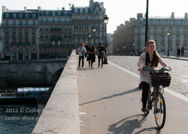A Paris en vélib, elle traverse le Pont Royal les yeux fermés portée par son ombre...