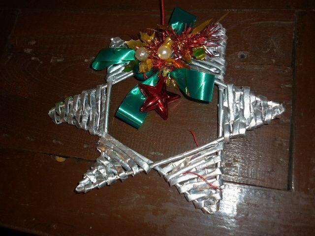 Estrella colgante para la pared o puerta plateada con la técnica de cesteria con periodico