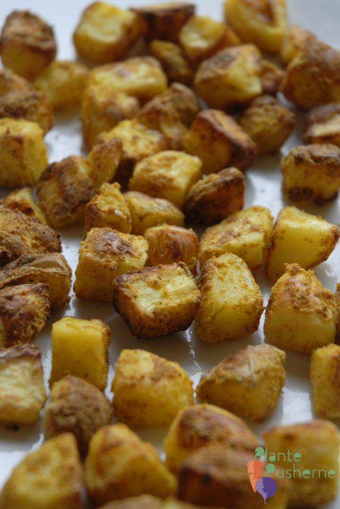 Prøv en af vores absolut MEST POPULÆRE opskrifter. Krydrede sprøde ovnkartofler som laves helt uden olie. Perfekt til HCLF