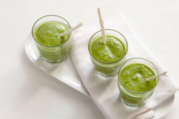Avocado: Smoothie met avocado, appel, boerenkool en chiazaad maak je een frisgroene smoothie waar je energie van krijgt - Recept - Groene smoothie met avocado en chiazaad - Allerhande