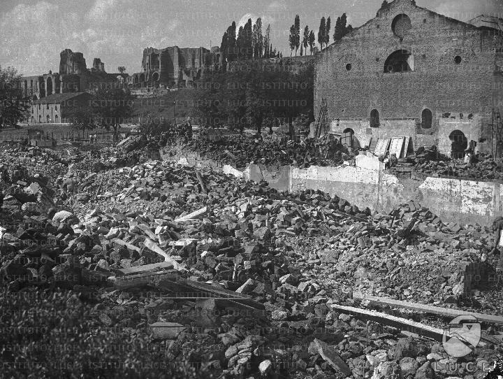 Magazzino in fase di demolizione nell'area del Circo Massimo; sullo sfondo si scorge il Palatino 09.10.1936