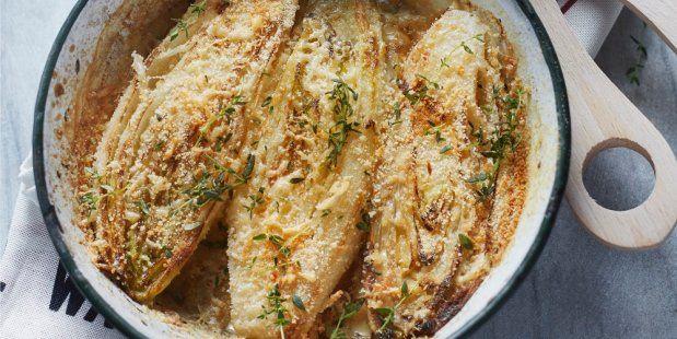 Gekookte stronkjes witlof gegratineerd met Parmezaanse kaas, witte wijn en slagroom.