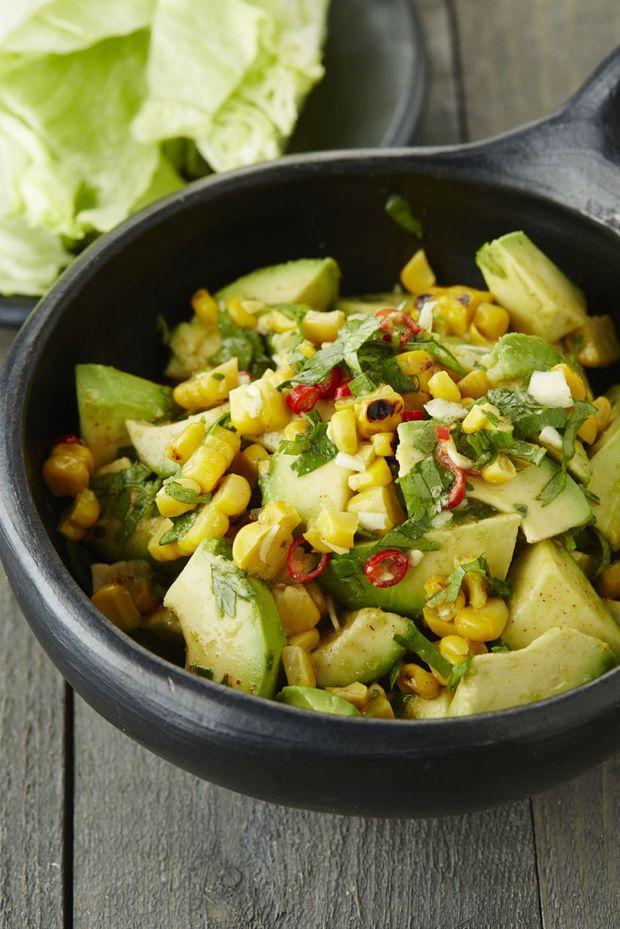 Avocadosalade met geroosterde maïs
