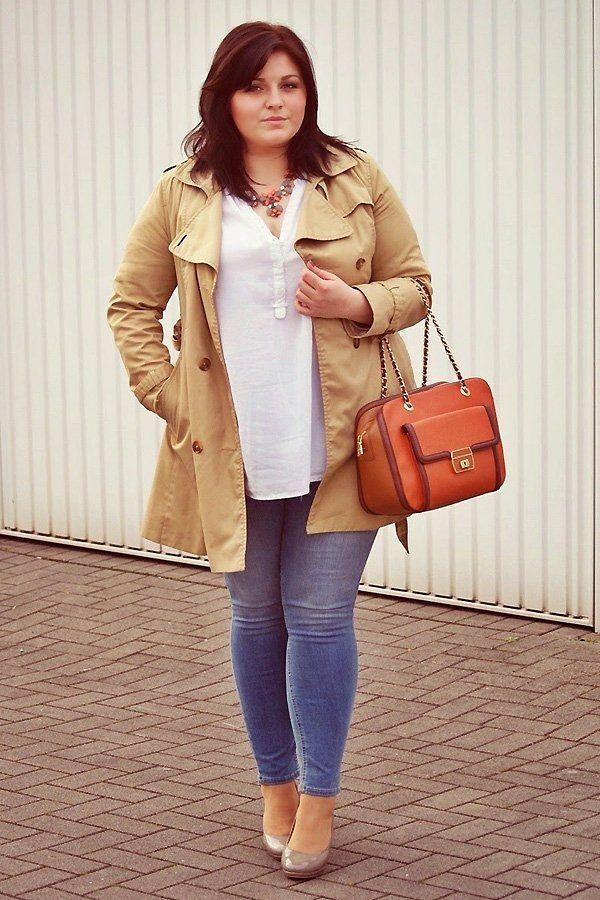 Ein absoluter Klassiker: Die deutsche Bloggerin Ela von Conquore trägt hier einen camelfarbenen Trenchcoat (von H&M), zu einem weißen Oberteil, 7/8-Jeans (von H&M+), Pumps und einer orangefarbenen Handtasche (von Love Moschino). Wie gefällt euch ihr Streetstyle?